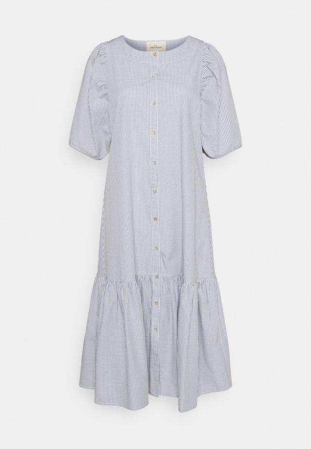 VIVIAN SS MIDI OVERSIZE DRESS - Abito a camicia - blue/white