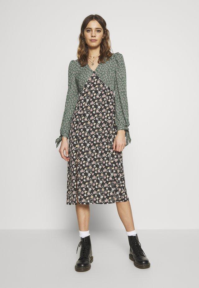 FLORAL CONTRAST LONG SLEEVE PATCHI DRESS - Vapaa-ajan mekko - green