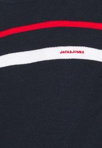 Jack & Jones - JJSMITH CREW NECK - Stickad tröja - navy blazer - 5