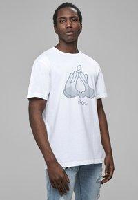 Cayler & Sons - COOKIN - Print T-shirt - wht/sil - 2