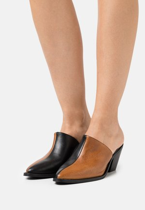 YASTONA - Heeled mules - black/biscuit