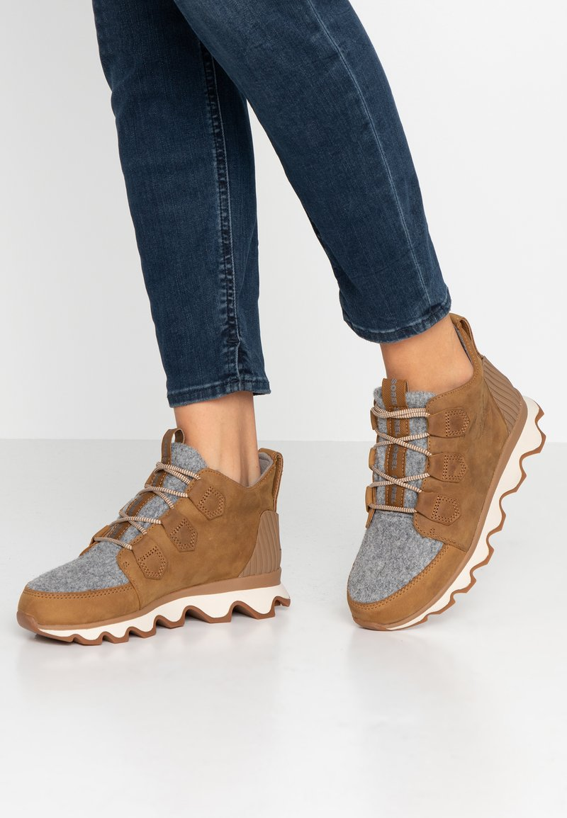 Sorel - KINETIC CARIBOU - Ankle boots - camel brown