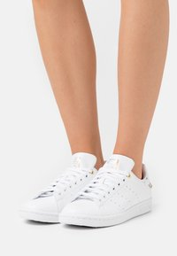adidas Originals - STAN SMITH  - Zapatillas - footwear white/silver metallic/gold metallic - 0