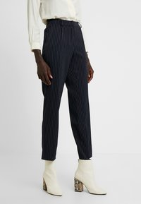 PIECES Tall - PCHOLVIA ANKLE PANT - Bukse - night sky/bright white - 0