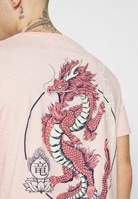 YOURTURN - UNISEX - T-shirt z nadrukiem - pink - 5