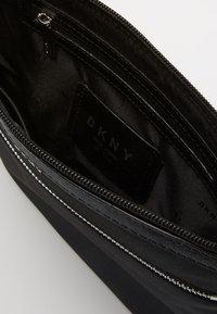 DKNY - CASEY ZIP CROSSBODY - Taška spříčným popruhem - black - 4