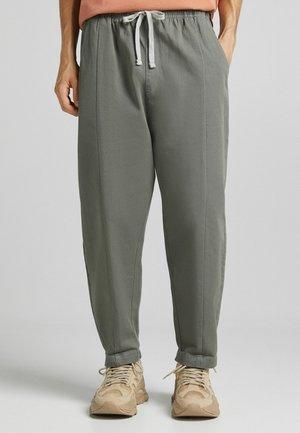 MIT FALLENDEM SCHRITT - Pantaloni - grey