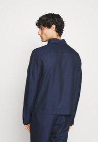 Isaac Dewhirst - HARRINGTON JACKET DRAWCORD TROUSERS SET - Summer jacket - dark blue - 4