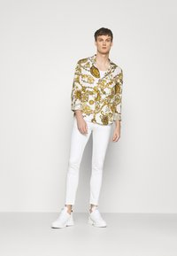Versace Jeans Couture - PRINT REGALIA BAROQUE - Košile - bianco/gold - 1