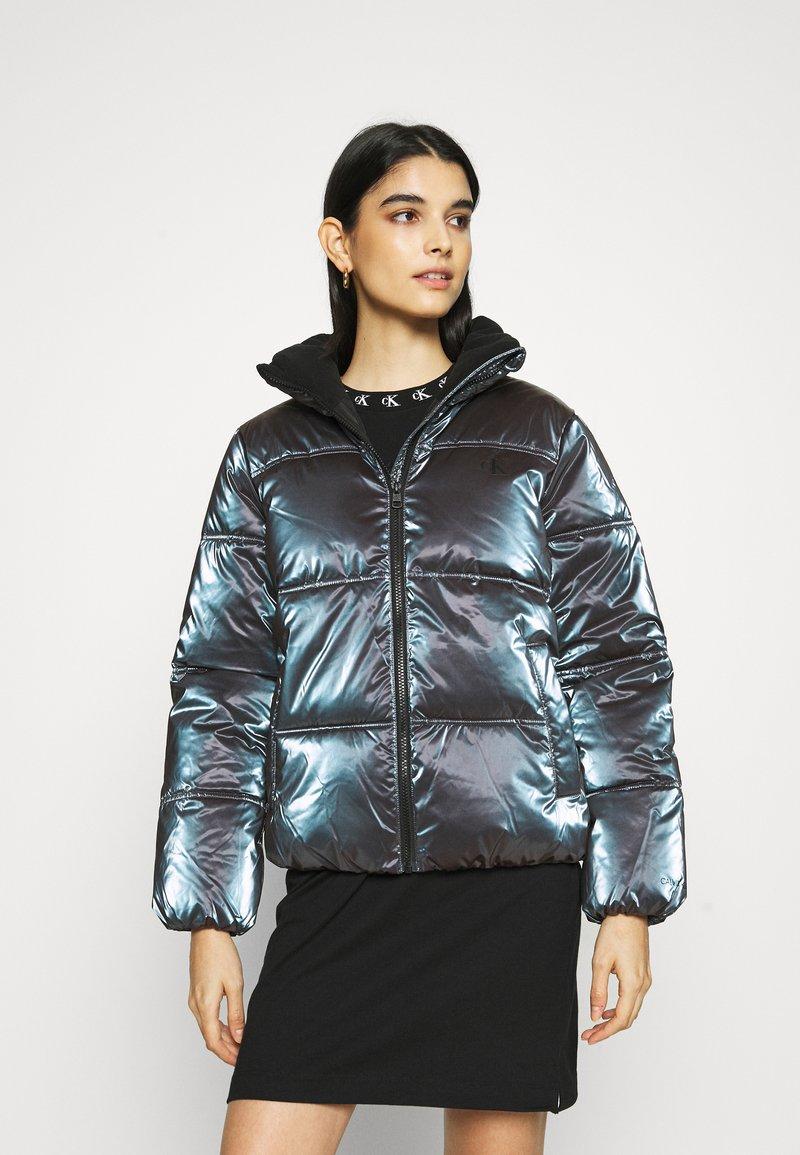 Calvin Klein Jeans - IRIDESCENT STAND COLLAR PUFFER - Winter jacket - gentian violet