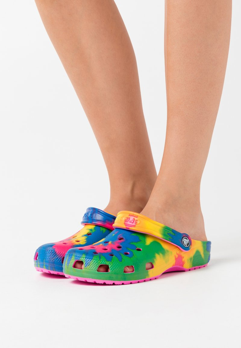 Crocs - CLASSIC TIE DYE GRAPHIC - Pantofle - electric pink/multicolor