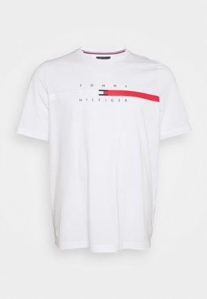 GLOBAL STRIPE CHEST TEE - T-shirt med print - white