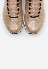 Skechers Sport - UNO - Trainers - champagne gold glitter hot melt - 4