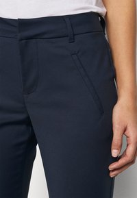 Vero Moda Petite - VMVICTORIA ANTIFIT ANKLE PANTS  - Trousers - navy - 3
