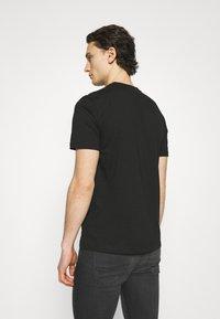 Calvin Klein - FRONT LOGO 2 PACK - Print T-shirt - black - 3