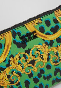 Versace Jeans Couture - LEOPARD BAROQUE POUCH - Clutch - frog - 7