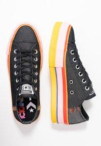 Converse - CHUCK TAYLOR ALL STAR LIFT RAINBOW - Joggesko - black/white/coastal pink - 3