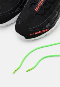 Nike Sportswear - AIR MAX 95 SE - Sneakers - black/white/green strike/flash crimson - 5