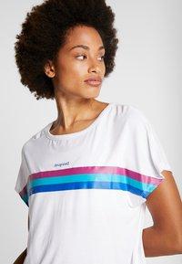 Desigual - TEE BACK PLEATS STUDIO - Print T-shirt - blanco - 3