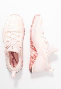 Nike Performance - METCON FLYKNIT 3 - Kuntoilukengät - echo pink/cedar/white/metallic dark grey - 1