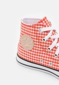 Converse - CHUCK TAYLOR ALL STAR GINGHAM UNISEX - Zapatillas altas - bright poppy/white/black - 5
