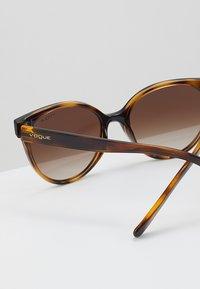 VOGUE Eyewear - Sluneční brýle - dark havana - 4