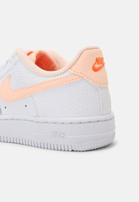 Nike Sportswear - FORCE 1 - Baskets basses - white/crimson tint/hyper crimson