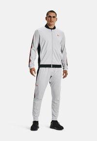 Under Armour - TRICOT FASHION JACKET-BLK - Zip-up sweatshirt - grey - 1