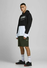 Jack & Jones - AIR CARGO - Shorts - deep lichen green - 1