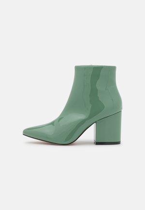 KOLA - Korte laarzen - green