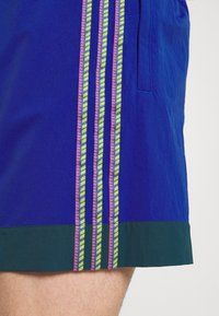 adidas Originals - TAPED UNISEX - Shorts - team royal blue - 4