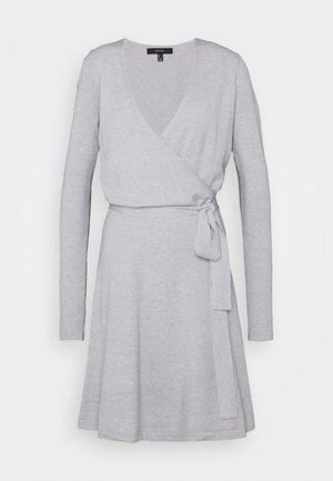 VMKARISARA WRAP DRESS  - Pletené šaty - light grey melange