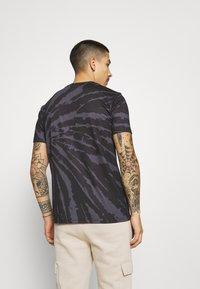 Kings Will Dream - AVALON TIE DYE TEE - T-shirt imprimé - light grey/mid grey - 2