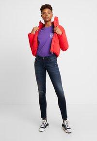 Merchcode - LADIES NEVER ON TIME TEE - Print T-shirt - ultra violet - 1