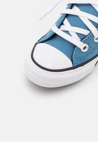Converse - CHUCK TAYLOR ALL STAR STREET UTILITY LOOP SLIP UNISEX - Trainers - aegean storm/bright poppy/black - 5
