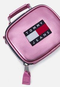 Tommy Jeans - HERITAGE NANO BAG - Kabelka - pink - 3