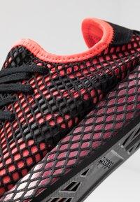 adidas Originals - DEERUPT RUNNER STREETWEAR-STYLE SHOES - Joggesko - solar red/core black/collegiate burgundy - 5