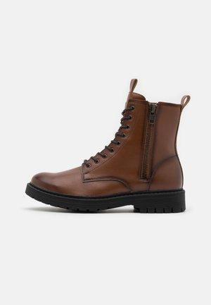 VEGAN AUSTIN - Lace-up ankle boots - cognac