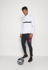 Nike Performance - DRY ACADEMY PANT  - Pantalones deportivos - black/dark raisin/siren red - 1