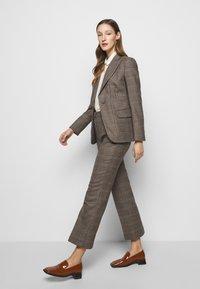 WEEKEND MaxMara - AGGETTO - Trousers - karamell - 4