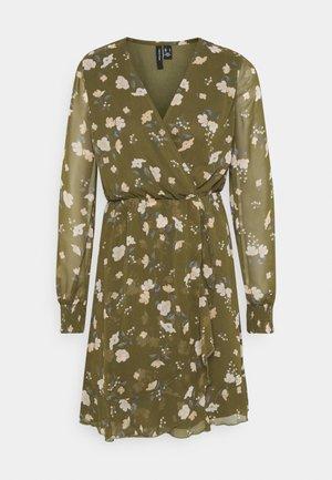 VMZALLIE WRAP DRESS - Denní šaty - ivy green/zallie