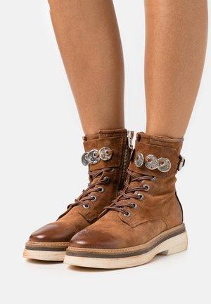 Šněrovací kotníkové boty - calvados