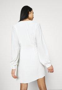 NA-KD - GATHERED OVERLAP DRESS - Cocktailklänning - white - 2