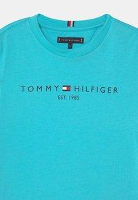 Tommy Hilfiger - ESSENTIAL LOGO UNISEX - Print T-shirt - bluefish - 2