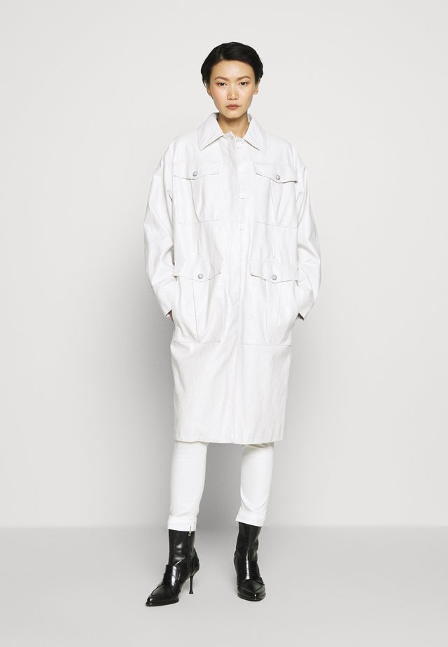 DIPLOMATICA TRENCH WASHED SIMI - Giacca in similpelle - bianco