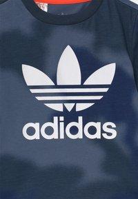 adidas Originals - UNISEX - T-shirt print - crew blue/multicolor/solar red - 2