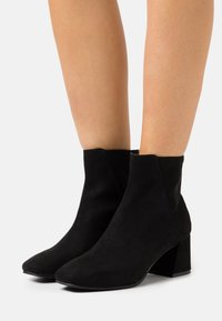 Miss Selfridge - BRICKS SQUARE TOE FLARED BLOCK HEEL BOOT - Kotníkové boty - black - 0