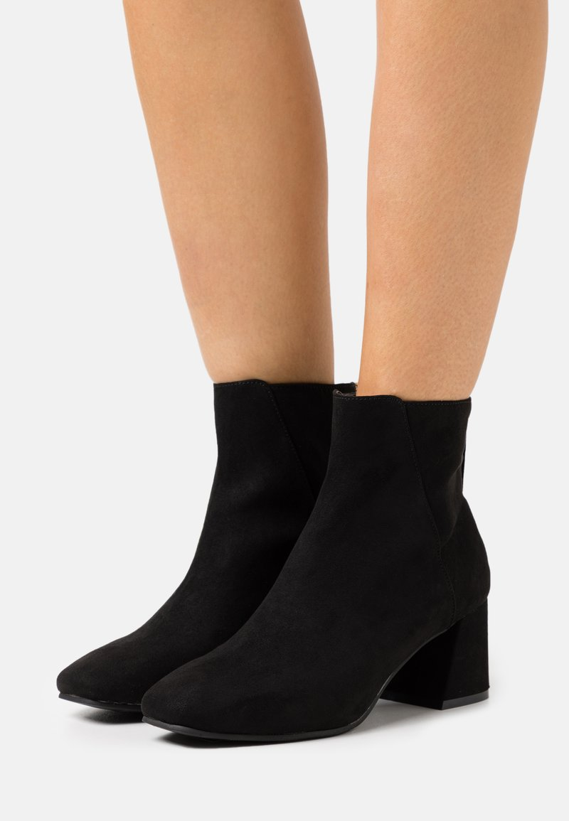 Miss Selfridge - BRICKS SQUARE TOE FLARED BLOCK HEEL BOOT - Kotníkové boty - black