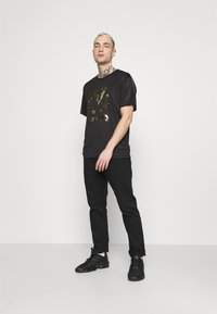 Carlo Colucci - DONNAY X CARLO COLUCCI - Print T-shirt - black/gold - 1