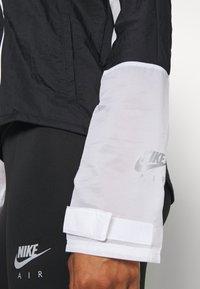 Nike Performance - AIR - Běžecká bunda - black/white - 5
